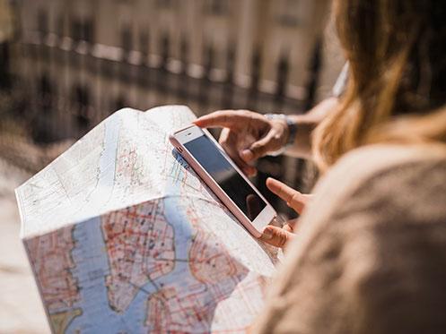 Jóvenes turistas tecnología