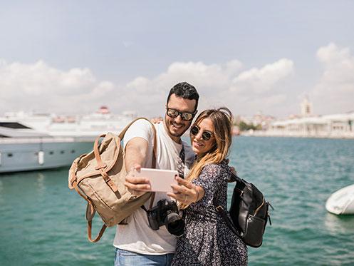 Turistas con smartphone